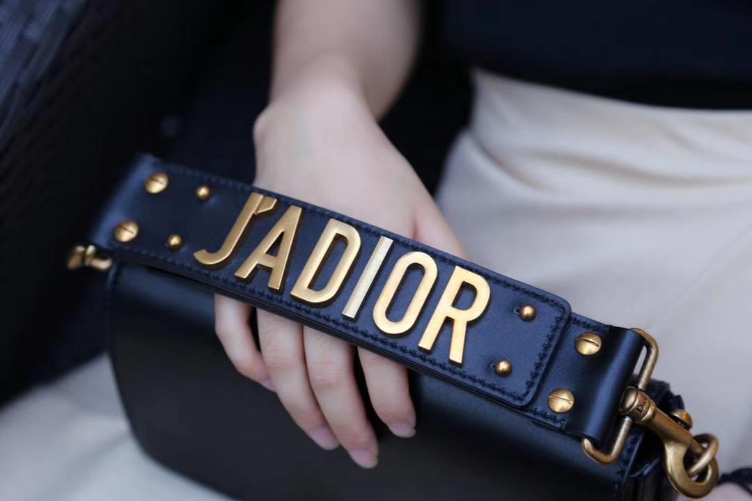 网红同款 Dior手包 方便小巧实用  可搭配长肩带使用 最适合夏天使用