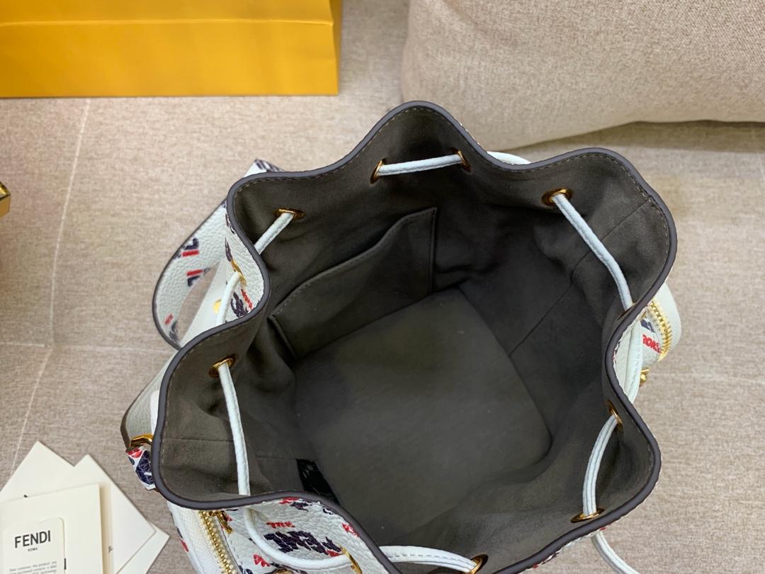 FENDI 芬迪现货 最新Mania系列水桶包抽绳开合