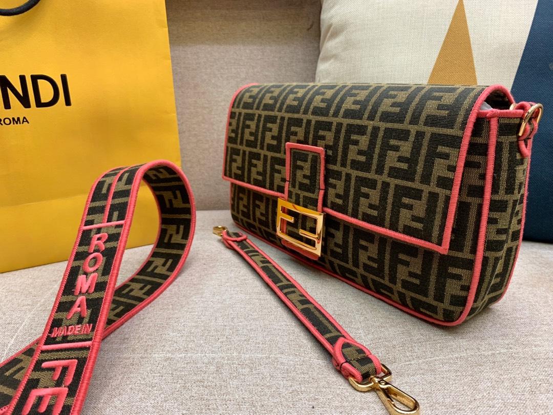 Baguette 经典包款 布料材质 提花FF图案 红色刺绣边缘