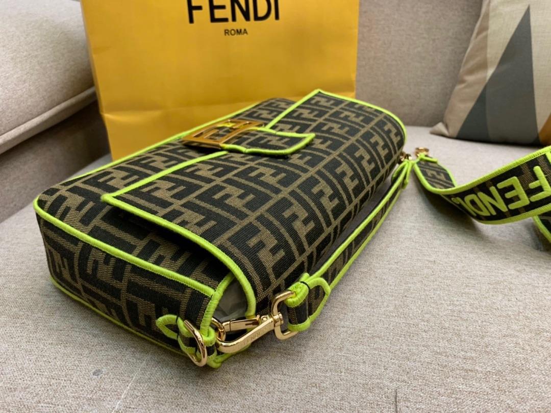 Baguette 经典包款 布料材质 提花FF图案 绿色刺绣边缘