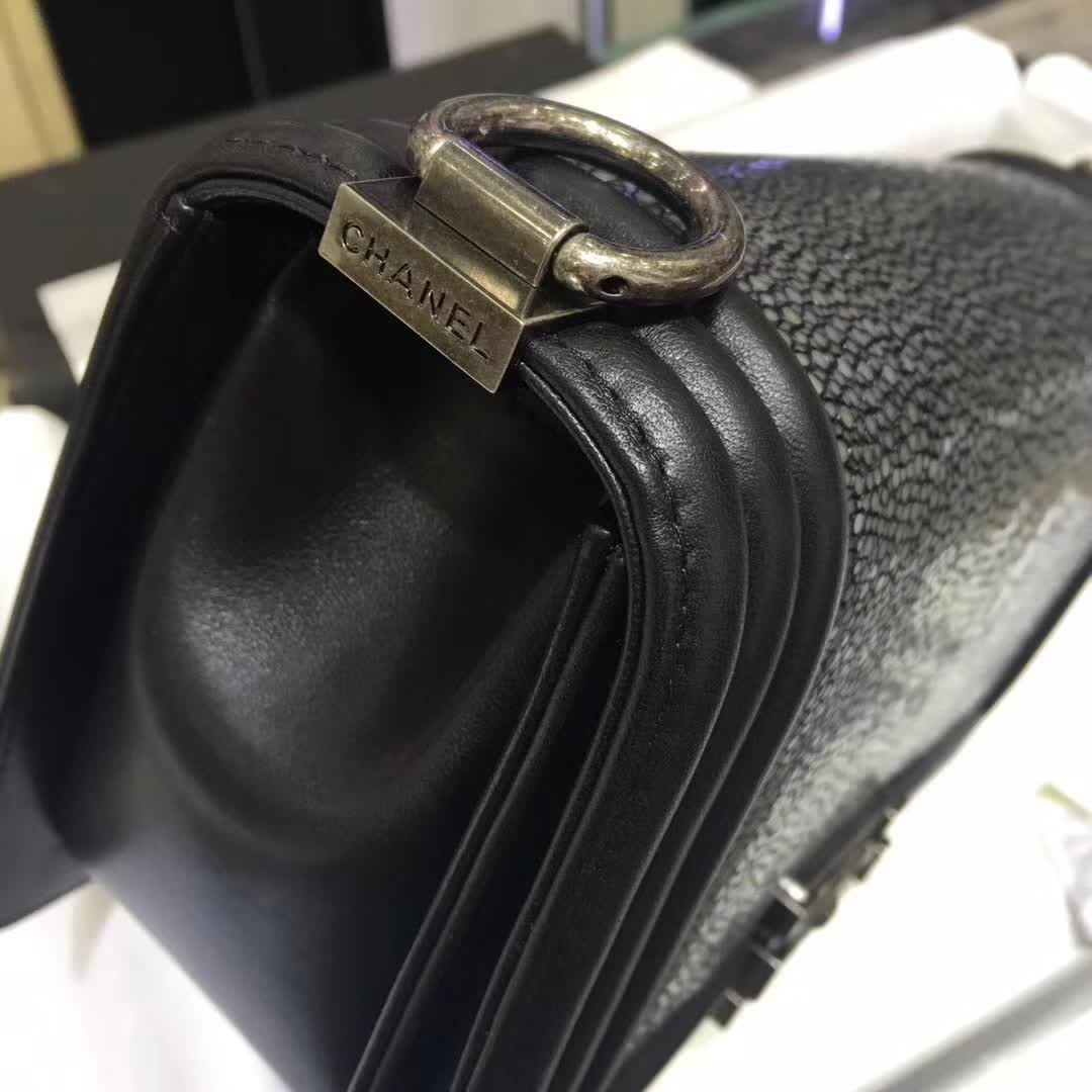 Chanel 香奈儿 Leboy 珍珠鱼皮 黑色 25cm 古银