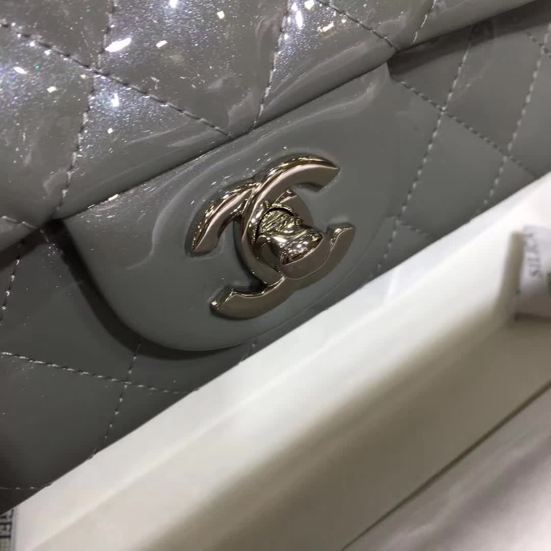 Chanel 香奈儿 ClassicFlap 漆皮 珠光灰 20cm 五金:银扣
