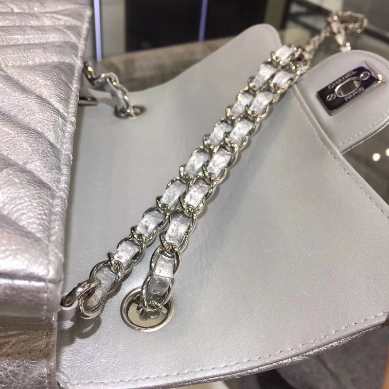 Chanel 香奈儿 Chanel Classic Flap 20cm 皱漆皮 银扣 内里皮皱外面皮是漆皮 有点特别