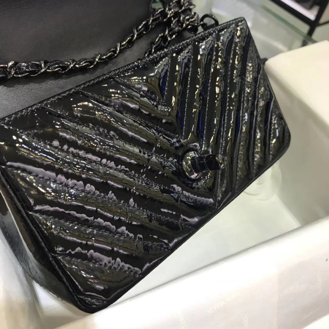Chanel 香奈儿 V字绣 皱漆皮 黑色 20cm 黑扣