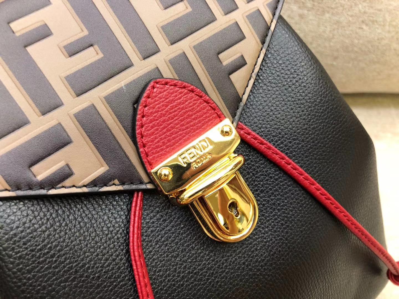 Fendi 芬迪 新款背包 黑配色 钥匙圈饰牌 抽绳开合 包盖FF图案 21x15x25cm