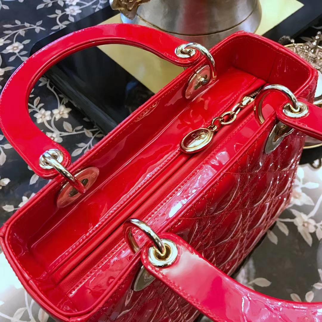 Dior 迪奥 五格漆皮大红色 戴妃包 Lady Dior 和黑色风衣很配