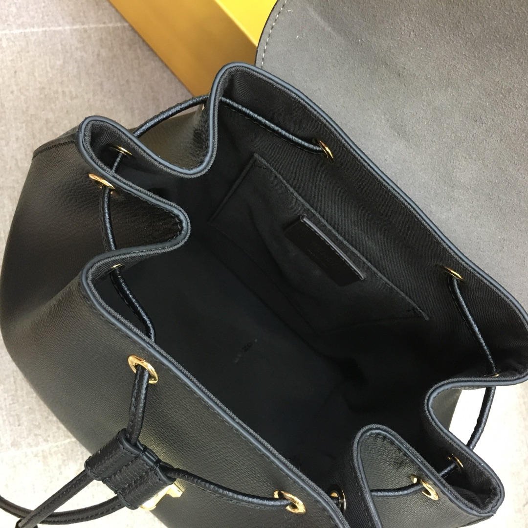 FENDI 新款背包 全新F标志的金属手柄 钥匙圈饰牌 21x15x25 黑色5508