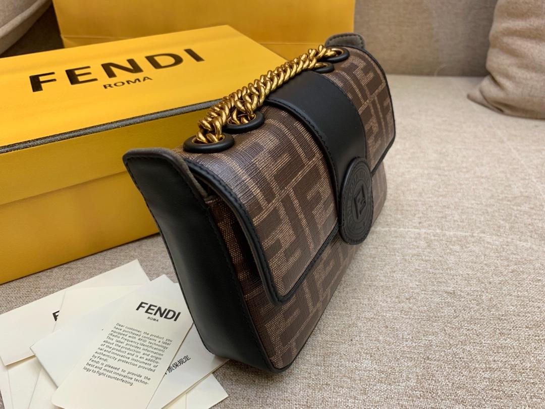 FENDI芬迪现货 均含内袋和磁扣夹 F 字样标章 18cm 8826 可肩背斜跨手提