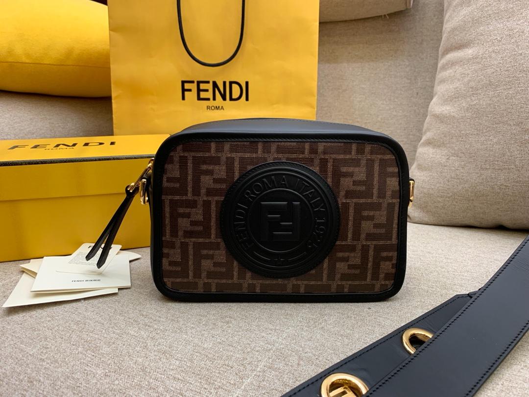 Fendi 芬迪 现货 最新相机包 22x15x7cm 8855 新款F标志