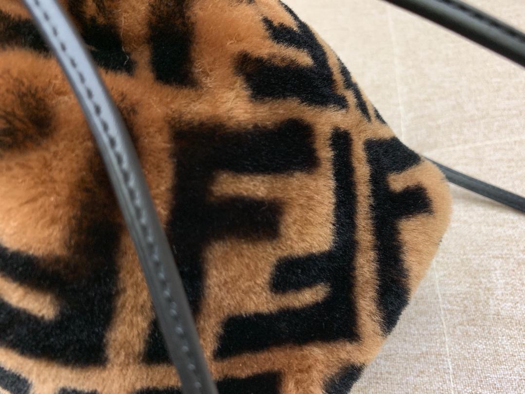 MONTRESOR水桶包抽绳开合缀以羊毛双F标志造型 焦糖色5538