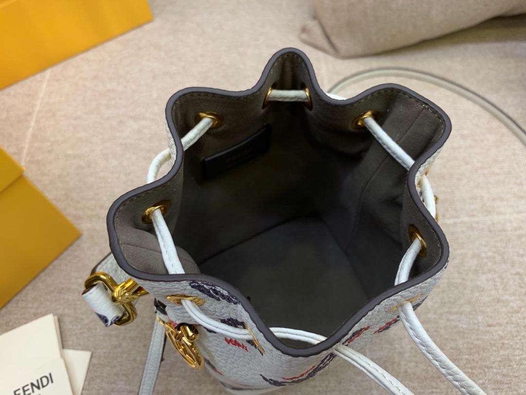 Fendi 芬迪 现货 最新Mania系列水桶包抽绳开合 12x18x10cm 配两条可拆卸肩带