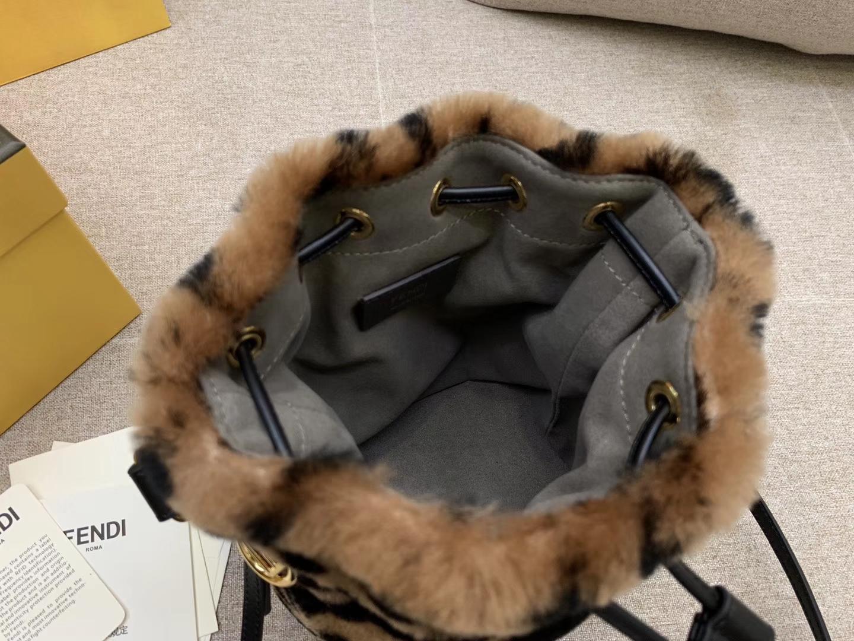 MON TRESOR水桶包 抽绳开合 缀以羊毛双F标志造型 肩背或斜背 焦糖色5538
