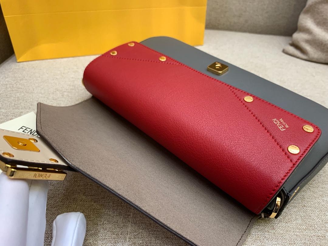 FENDI 芬迪最新Baguette系列超精致的一个法棍 肩带个性不减的标志印花 26X14X4cm8903