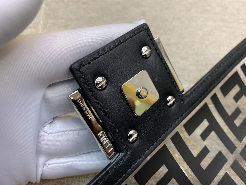 Baguette手袋 全透明的TPU 包身被F 印花覆盖 很契合当下的透明风潮 26cm