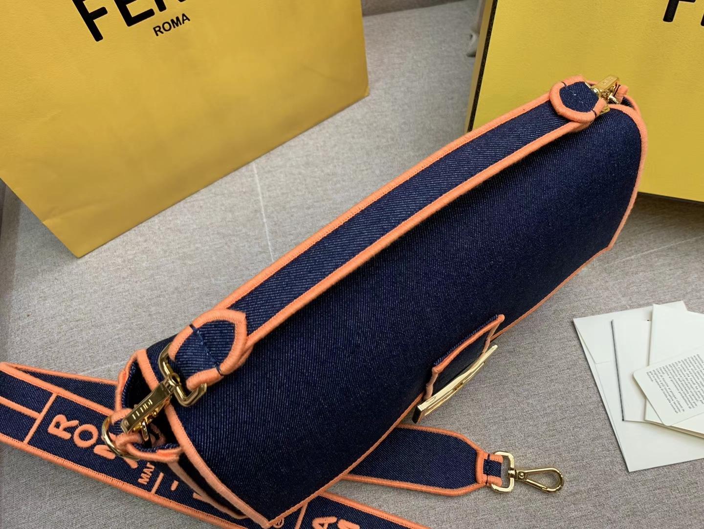 Baguette系列牛仔布材质 橙色刺绣边缘 内衬配有拉链袋 33x18x5.5cm