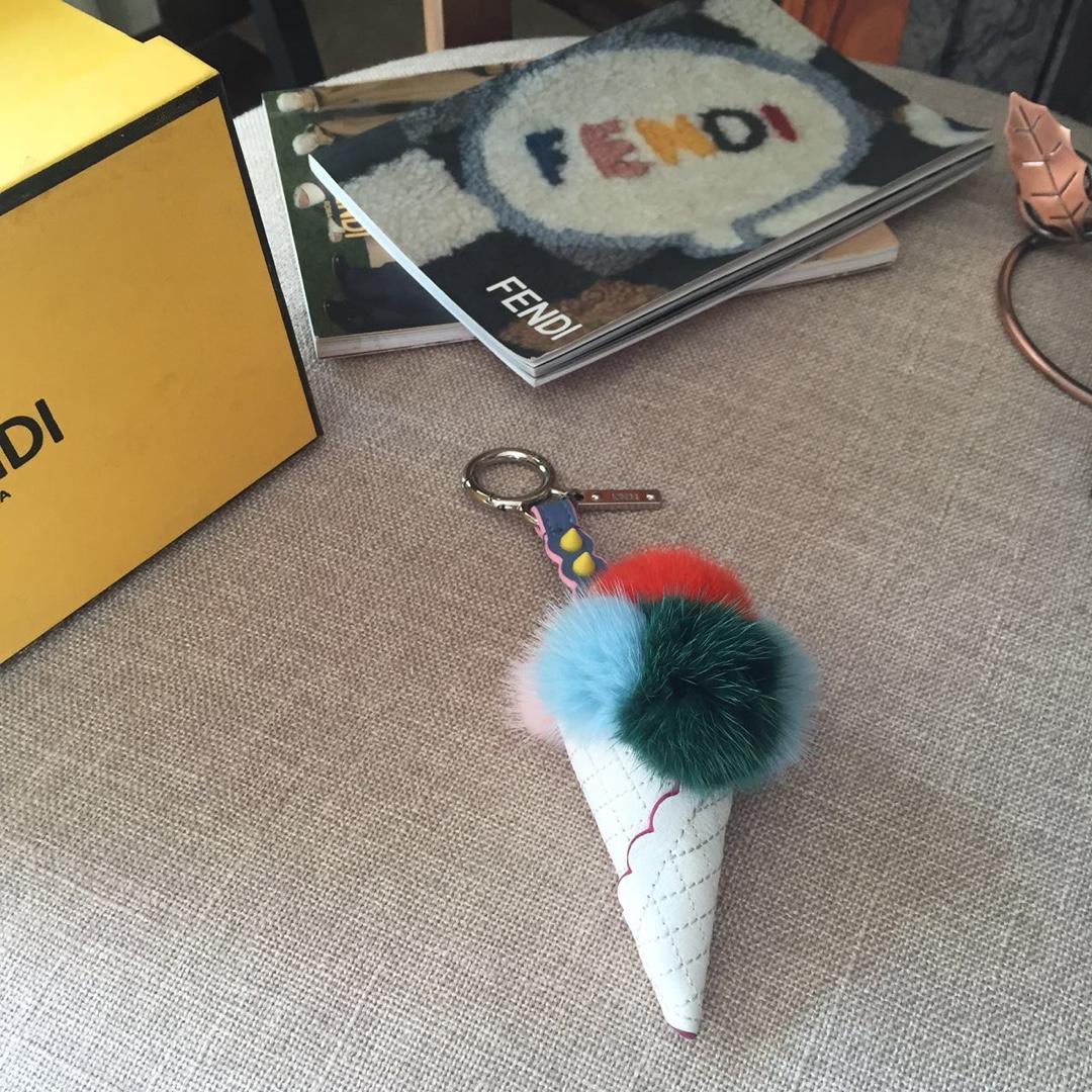 FENDI挂件冰淇淋 玩性十足 萌发的绚烂色彩 为你的手袋加点甜