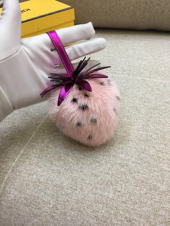 FENDI新挂饰草莓挂件 进口水貂毛 玩性十足 抹上一道亮丽的色彩可爱百搭