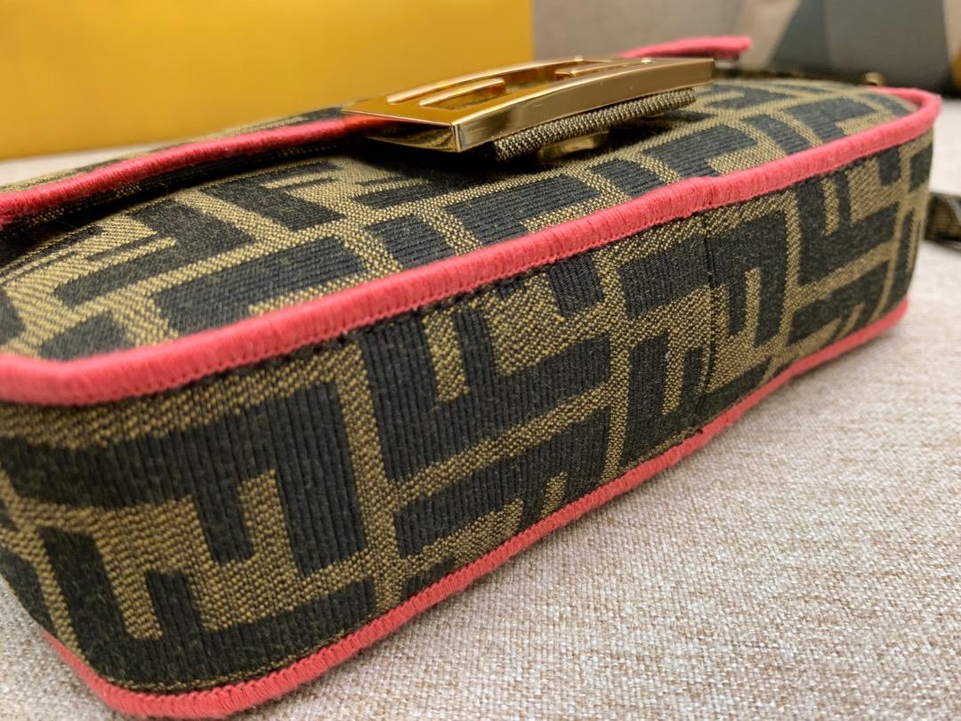 Baguette 经典包款 布料材质 饰有提花FF图案 红色刺绣边缘 小号 19cm