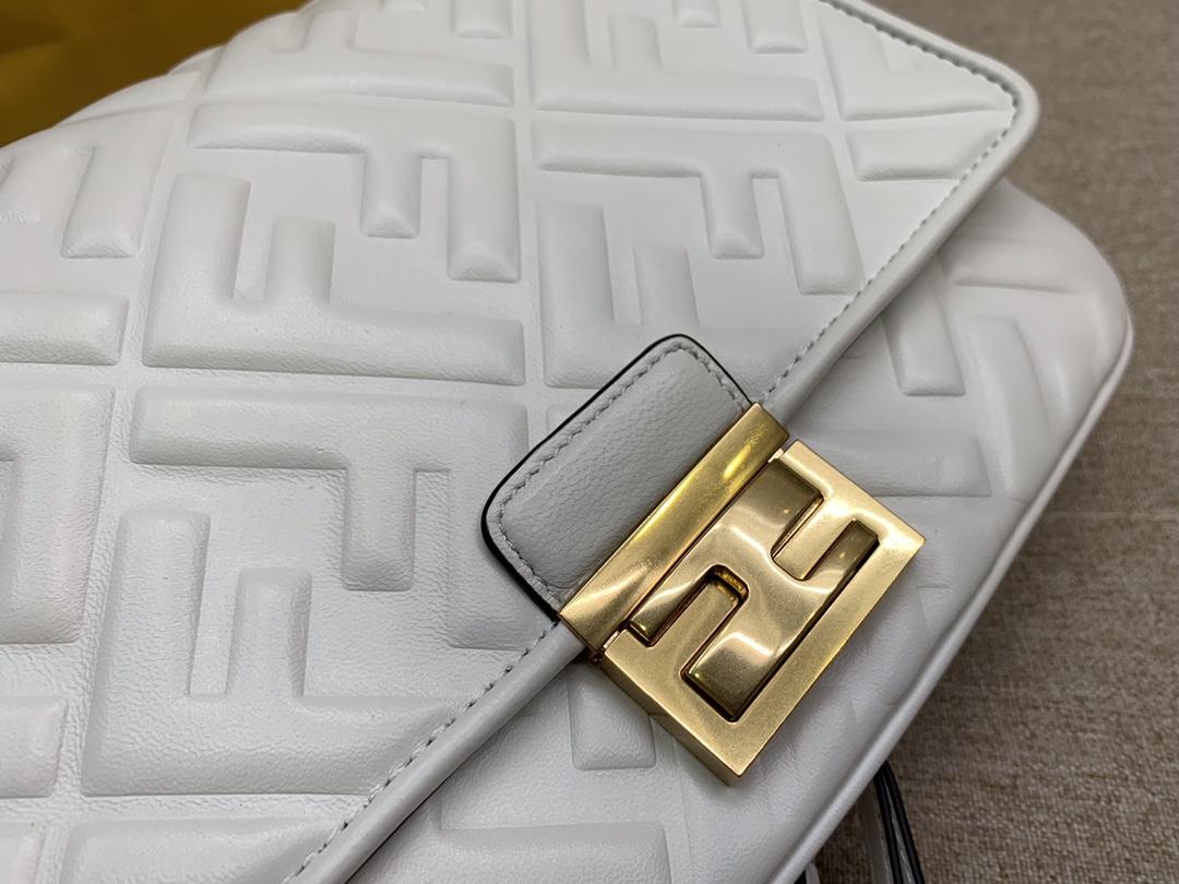 Fendi 芬迪 腰包 斜跨包 23x18x6cm 翻盖设计 按扣款 白色