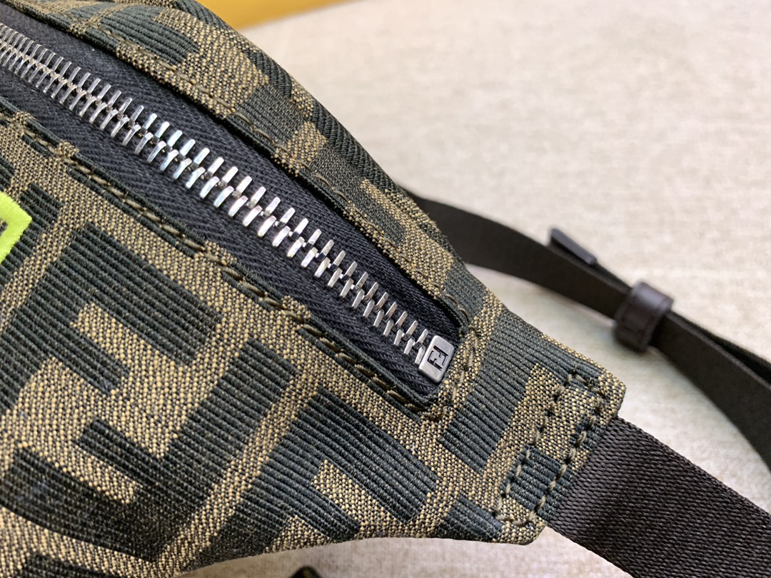 Fendi 芬迪 最新腰包胸包 F印花图案 绿色刺绣 男女街拍爆款 28cm