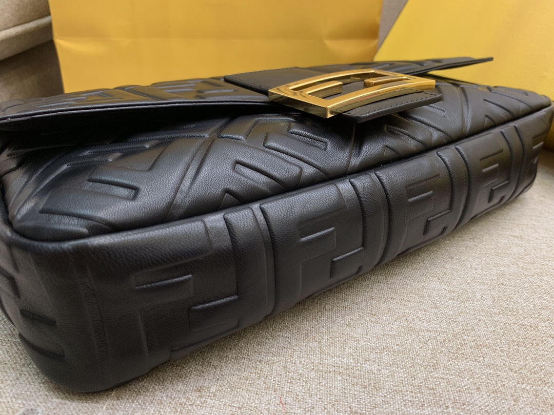 Fendi 芬迪 Baguette FF 浮雕系列 32x17x6cm 进口小羊皮 黑色