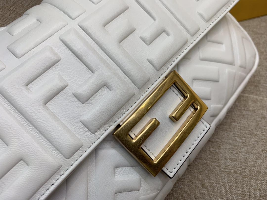 Fendi 芬迪 Baguette FF 浮雕系列 26x13x6cm 进口小羊皮 白色