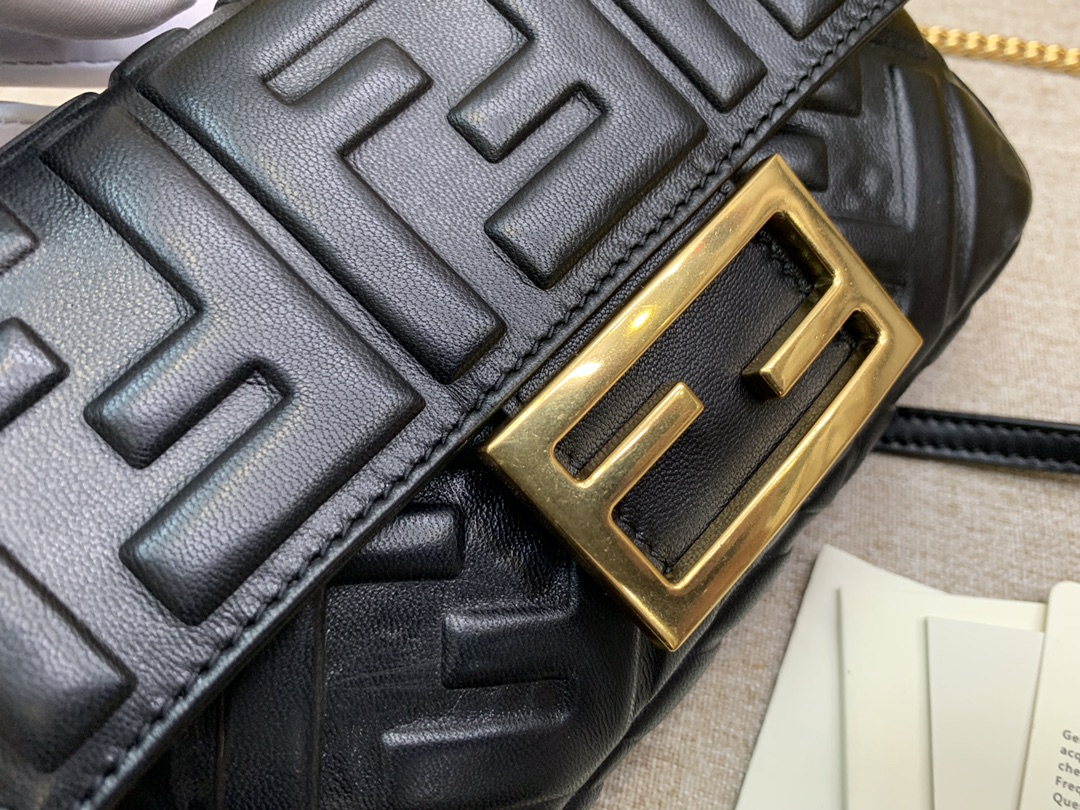 Fendi 芬迪 小号19cm Baguette 经典包款 FF凸纹 黑色