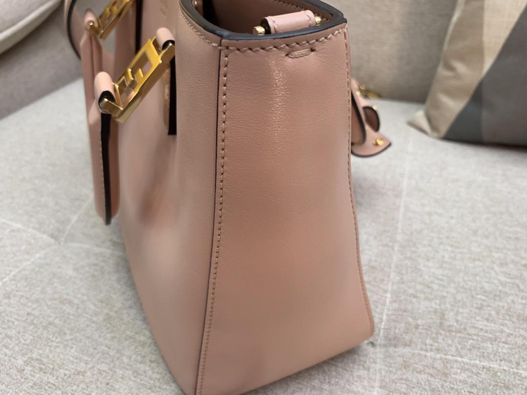 最新Tote 系列 内衬带有拉链开合口袋 配备双手柄或可拆卸调节肩带 可斜跨手提 30cm 5580
