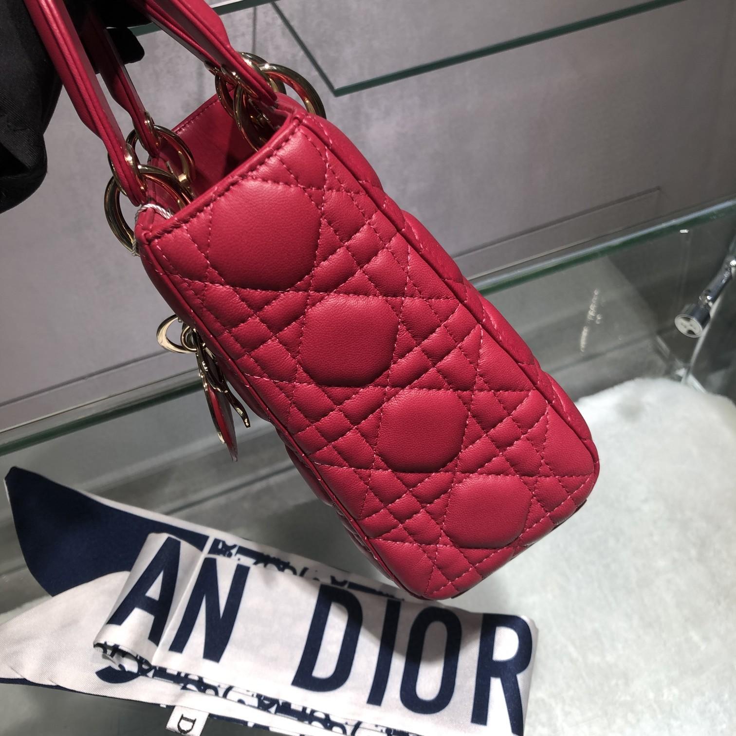 Dior 迪奥 Lady 四格 羊皮 玫红色 金扣 20cm 搭配徽章款宽肩带