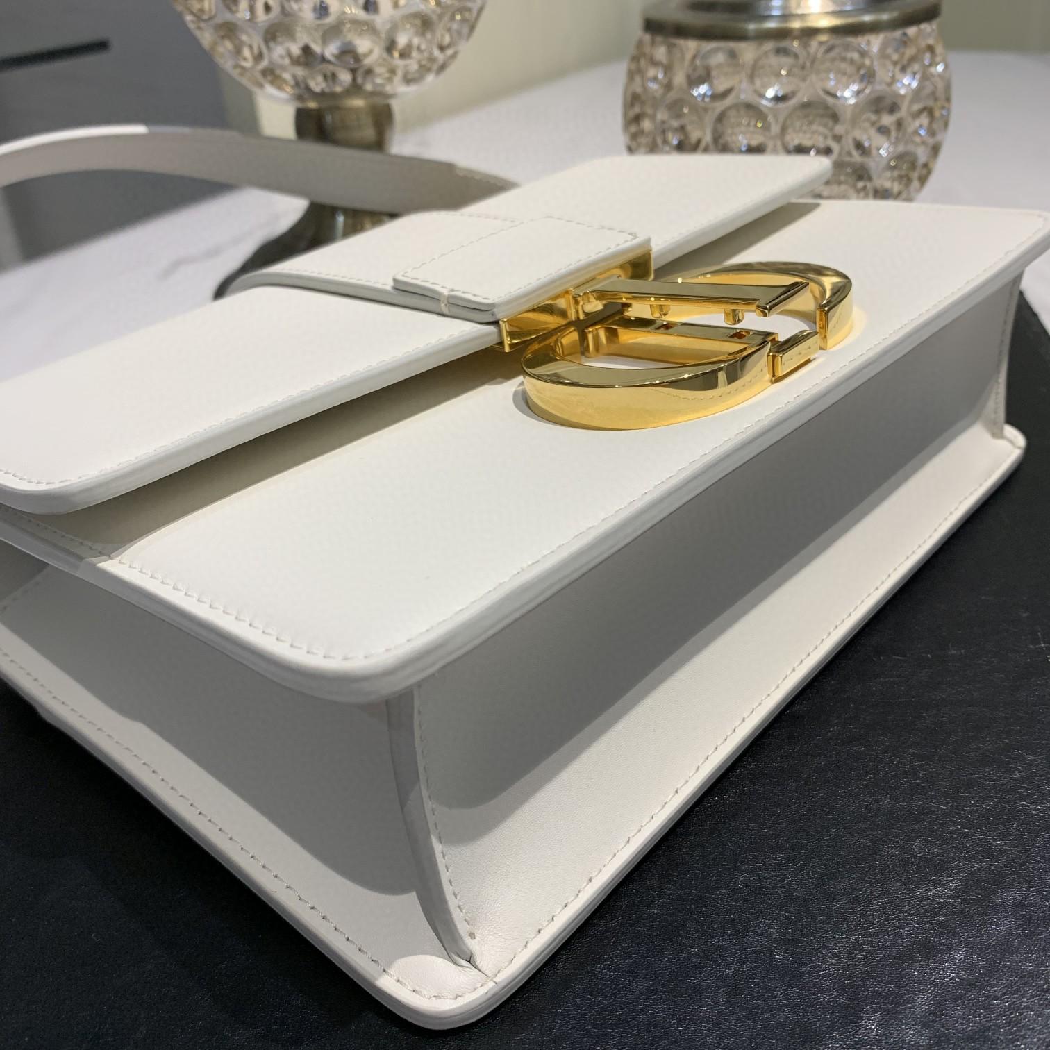 #Montaigne30#原工厂白色胎牛皮 24cm 纯铜五金表面电镀24k金 德国亚曼粗蜡线 每一个针孔都有特色花型