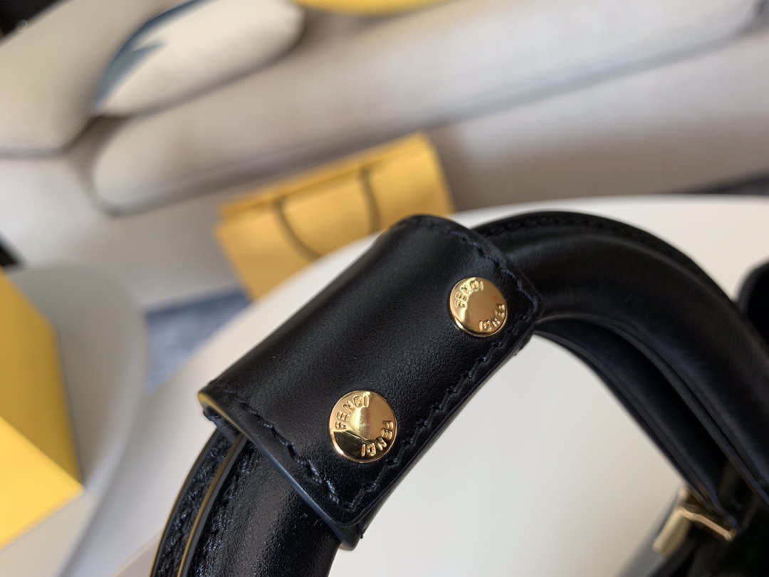 FENDI 最新Tote 系列 内衬带有拉链开合口袋 配备双手柄 可拆卸调节肩带 可斜跨手提 5580