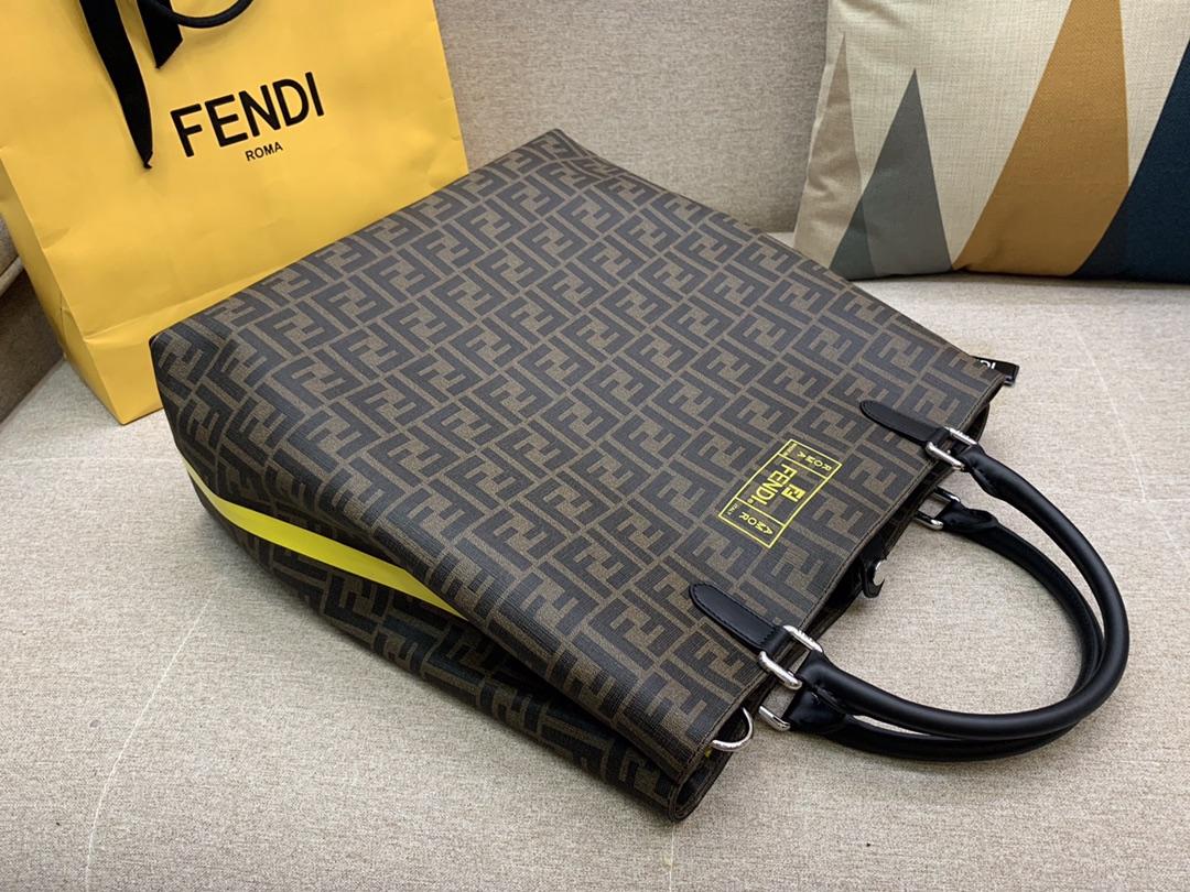 FENDI 双手柄手提袋 拉链内袋 标志性F图案 侧面黄色热封条纹 配有长肩带 百搭款 男女可用 34x36x18cm 8866
