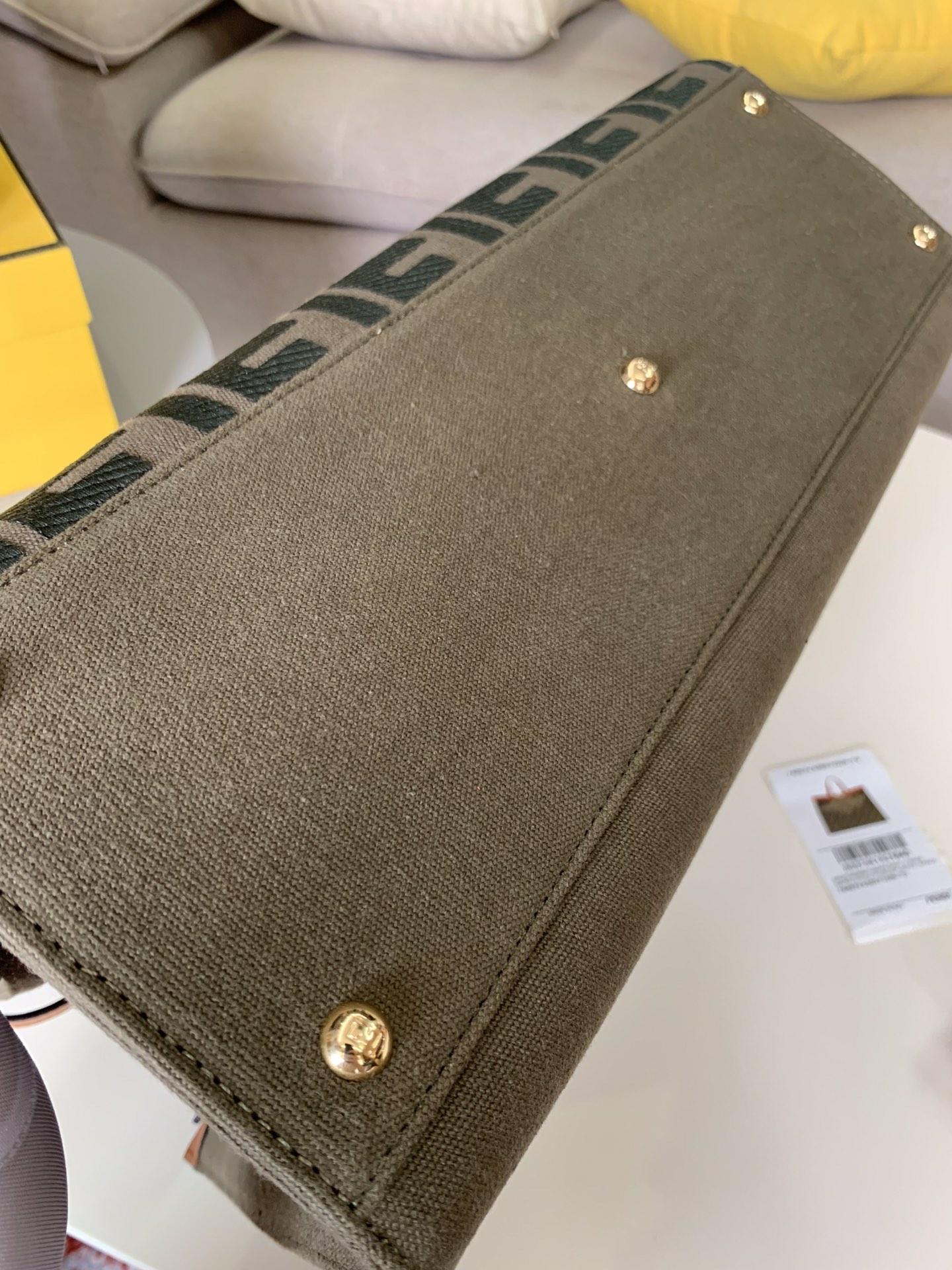FENDI女包价格 最新.经典老花 暗绿色的帆布上面配上双F的经典压纹 41x30x16cm6801