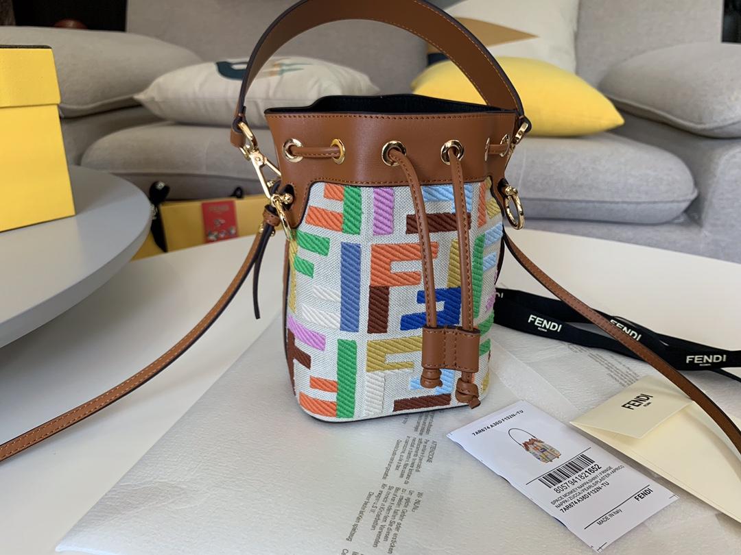 芬迪专柜 Mon Tresor mini 最新小水桶 米色帆布材质 拼色刺绣缝线色彩F 图案 高级的色彩搭配 糖果色 18x12x10cm 5538-2